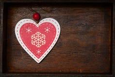Coeur de deux rouges avec les points de polka blancs pour le jour du ` s de Valentine sur le vieux fond en bois Photographie stock