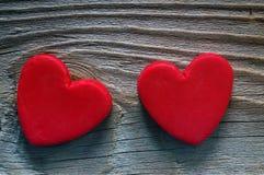 Coeur de deux rouges sur un vieux fond en bois Carte romantique Images libres de droits