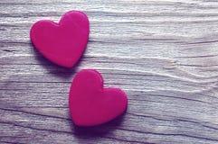 Coeur de deux rouges sur un vieux fond en bois Carte romantique Photo libre de droits