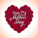 Coeur de fête des mères de rose rouge fait de roses rouges sur le fond blanc Images stock