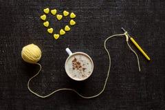 Coeur de faire du crochet, de café et de bouton Images libres de droits