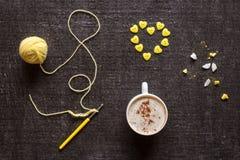 Coeur de faire du crochet, de café et de bouton Photo stock
