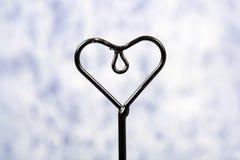Coeur de fer à l'arrière-plan bleu Photo libre de droits