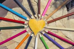 Coeur de feuille et crayons colorés Image libre de droits