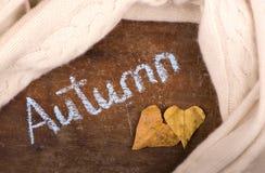 Coeur de feuilles d'automne Feuilles d'automne sur le fond en bois Images stock