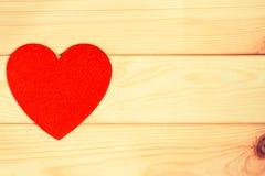 Coeur de feutre de rouge sur un fond en bois Photo libre de droits