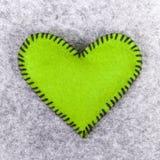 Coeur de feutre de vert Photos stock