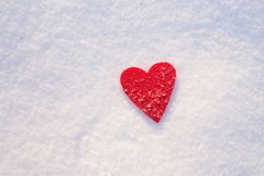 Coeur de feutre sur la neige, jour du ` s de Valentine Images stock