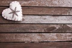 Coeur de feutre sur la surface en bois Image libre de droits
