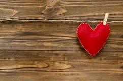 Coeur de feutre sur le ruban sur le fond en bois Photo libre de droits