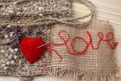 Coeur de fil en tissu et de flowerson sec sur le fond en bois Photos libres de droits