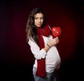 Coeur de fixation de femme enceinte Photos libres de droits
