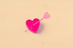 coeur de flèche percé Images stock