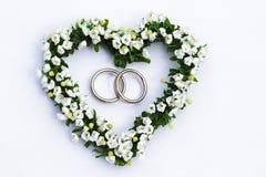 Coeur de fleur avec des boucles de mariage Photos stock