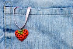 Coeur de fraise sur des jeans Photographie stock libre de droits