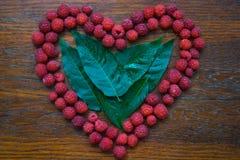 Coeur de framboise sur le fond en bois Image libre de droits