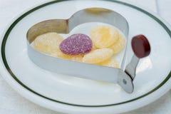 Coeur de gelée en anneau de cuisson de coeur Images libres de droits