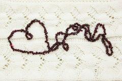 Coeur de grenat sur le knit Image stock