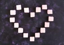 Coeur de guimauve sur le fond foncé Vue supérieure Photo libre de droits