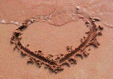 Coeur de Handwriten sur le sable Photographie stock libre de droits