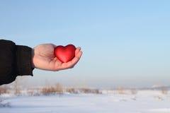 Coeur de jouet dans une paume Image libre de droits