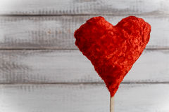 Coeur de jouet sur le fond en bois rustique blanc Symbole de St Valentine Day de l'amour Photo stock
