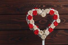 Coeur de jouet sur le fond en bois rustique foncé Symbole de St Valentine Day d'escroquerie d'amour Photographie stock libre de droits