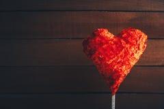 Coeur de jouet sur le fond en bois rustique foncé Symbole de St Valentine Day de l'amour Photos libres de droits