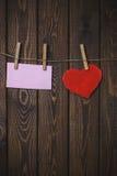 Coeur de jour de valentines et carte de voeux avec l'espace de copie pour le texte sur un bois Photo libre de droits