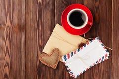 Coeur de jour de valentines, lettres d'amour et café Photographie stock libre de droits