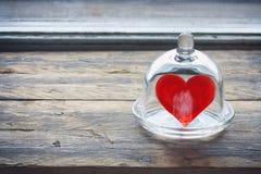 Coeur de jour du ` s de Valentine dans un pot en verre sous un chapeau Images libres de droits