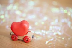Coeur de jour de valentines sur un concept en bois de backgroud de voiture pour l'amour, Photos stock