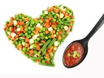 Coeur de légumes mélangés figés image stock
