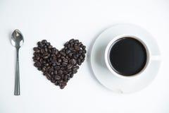 Coeur de l'amour avec du café de tasse Images stock