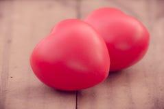 Coeur de l'amour dans la Saint-Valentin sur en bois Image stock