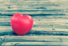 Coeur de l'amour dans la Saint-Valentin sur en bois Images libres de droits