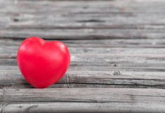 Coeur de l'amour dans la Saint-Valentin sur en bois Image libre de droits