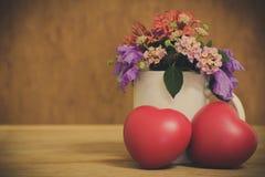 Coeur de l'amour dans la Saint-Valentin sur en bois Photographie stock libre de droits