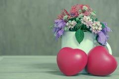 Coeur de l'amour dans la Saint-Valentin sur en bois Photos libres de droits
