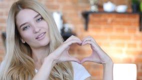 Coeur de l'amour, fait avec des mains Photo stock