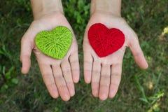Coeur de laine rouge dans une main humaine, jour de valentines, amour Image libre de droits