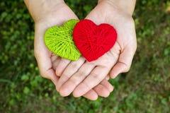 Coeur de laine rouge dans une main humaine, jour de valentines, amour Photo libre de droits