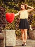 Coeur de lancement de fille dans le décharge Photo libre de droits
