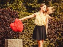 Coeur de lancement de fille dans le décharge Photographie stock libre de droits