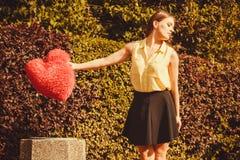 Coeur de lancement de fille dans le décharge Photo stock