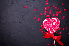Coeur de lucette et beaucoup de peu de coeurs de decoratove sur le texte noir Images stock