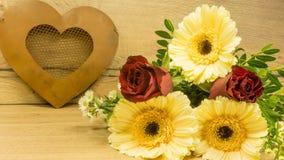 Coeur de métal avec un bouquet Image stock