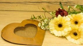 Coeur de métal avec un bouquet Photo stock