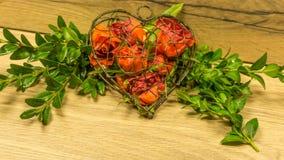 Coeur de métal et de roses Photographie stock libre de droits
