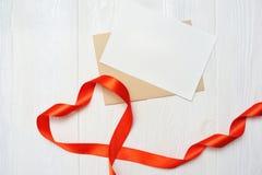 Coeur de maquette un de service avec la lettre sur le fond en bois blanc Jour du ` s de Valentine d'amour de carte Configuration  Image libre de droits